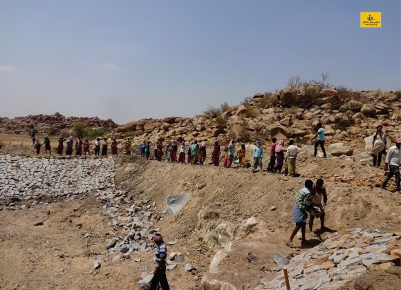 285 people of Mudgal village, Raichur, Karnataka create a check dam on their own!